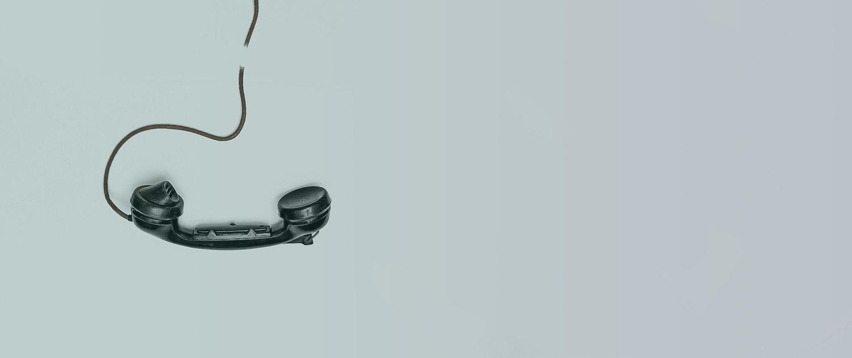 Vieux combiné de téléphone avec son fil coupé + filtre de couleurs dégradées