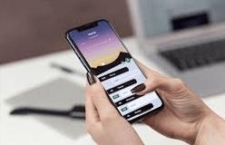 Photo smartphone dans les mains d'une femme